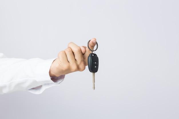 Homem negócios, segurando, a, chave carro, isolado Foto Premium