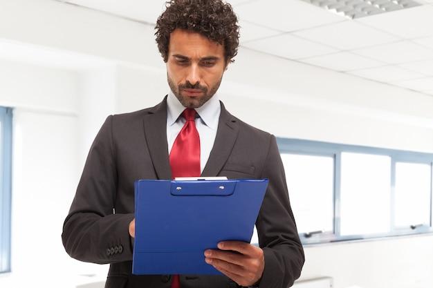 Homem negócios, segurando, área de transferência Foto Premium