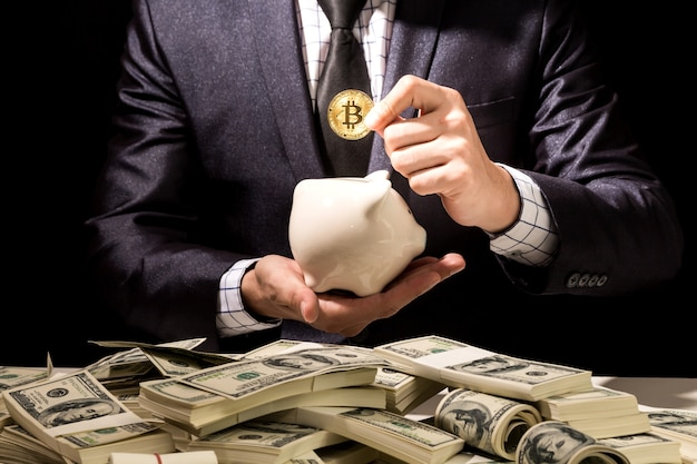 Homem negócios, segurando, bitcoin, ligado, experiência preta Foto Premium
