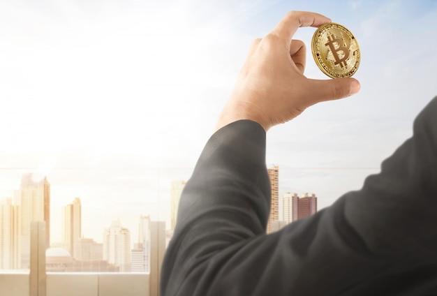 Homem negócios, segurando, bitcoin, mão Foto Premium