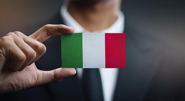 Homem negócios, segurando, cartão, de, bandeira itália Foto Premium