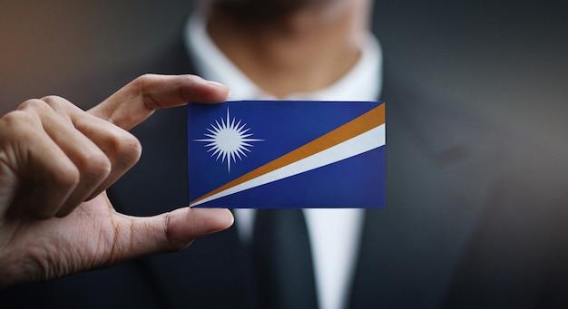 Homem negócios, segurando, cartão, de, ilhas marshall, bandeira Foto Premium