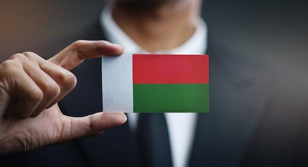 Homem negócios, segurando, cartão, de, madagascar, bandeira Foto Premium