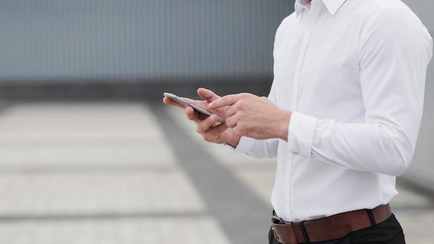 Homem negócios, segurando, telefone, cima Foto gratuita