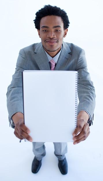 Homem negócios, segurando, um, grande, caderno Foto Premium