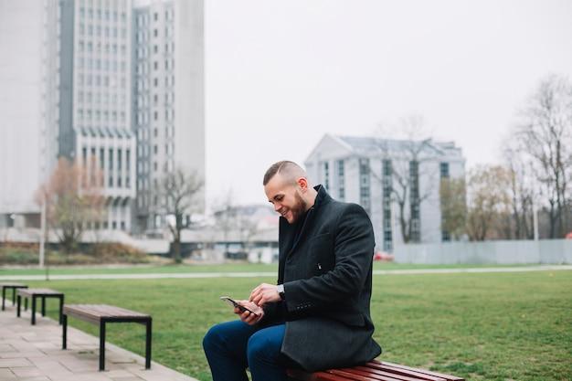 Homem negócios, sentando, ligado, um, banco Foto gratuita