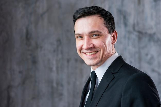 Homem negócios, sorrindo, e, olhando câmera Foto gratuita
