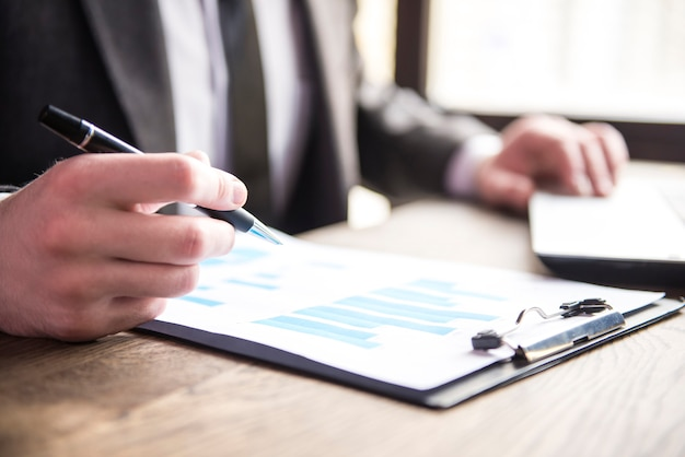 Homem negócios, trabalhando, com, caderno, e, dokument, em, restaurante Foto Premium