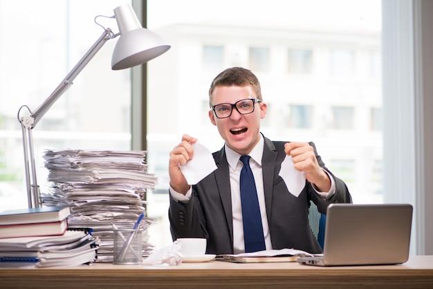 Homem negócios, trabalhando, com, muito, paperwork Foto Premium