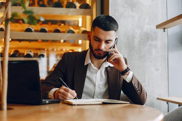 Homem negócios, trabalhando, em, um, café Foto gratuita