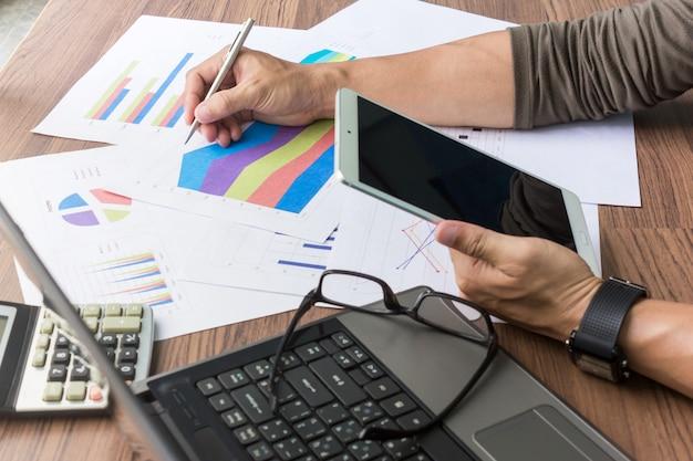 Homem negócios, trabalhando, ligado, seu, escrivaninha Foto Premium