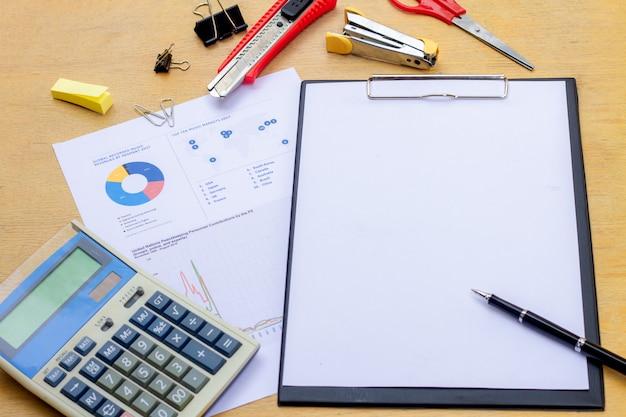 Homem negócios, trabalhando, um, laptop, em, escrivaninha escritório, com, paperwork, e, outro, objetos, ao redor Foto Premium