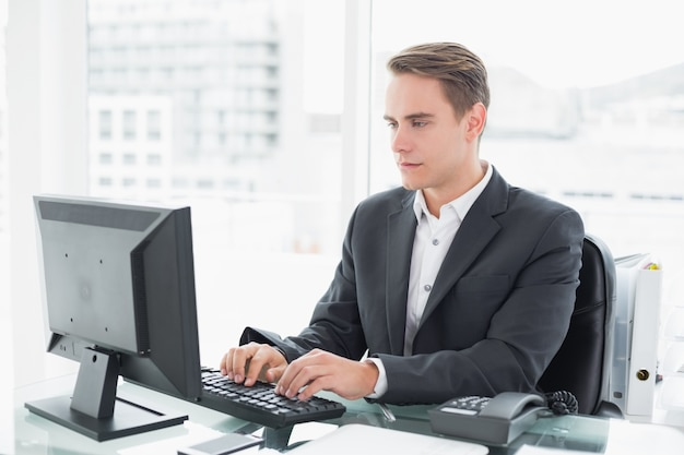 Resultado de imagem para homem no computador escritório