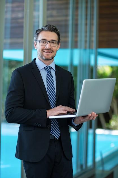 Homem negócios, usando computador portátil Foto Premium