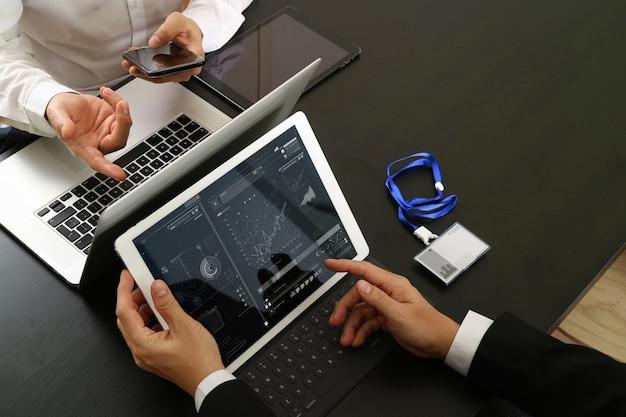 Homem negócios, usando, smartphone, e, tablete digital Foto Premium