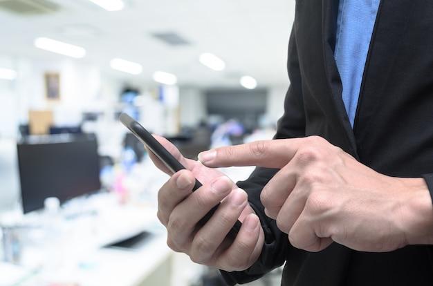 Homem negócios, usando, telefone, em, a, trabalho, escritório Foto Premium