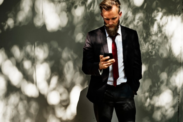 Homem negócios, usando, telefone móvel, comunicação, tecnologia Foto gratuita