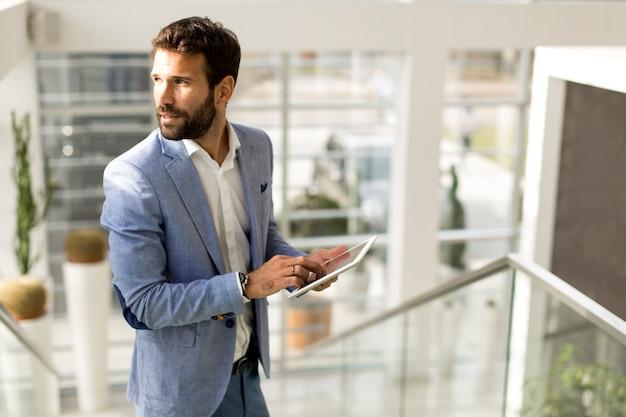 Homem negócios, usando, touchscreen, tabuleta, em, modernos, escritório Foto Premium