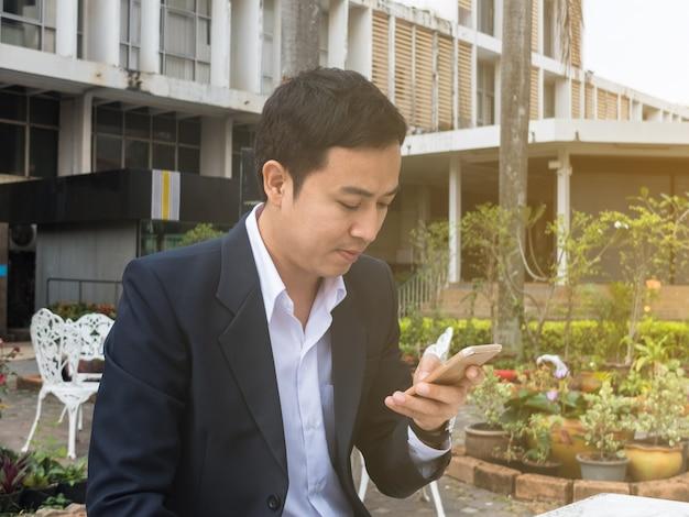 Homem negócios, usando, um, smartphone Foto Premium