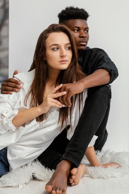 Homem negro de tiro médio e mulher branca Foto gratuita
