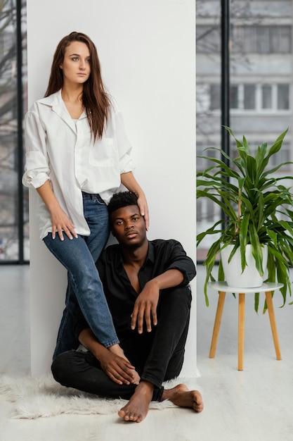 Homem negro e mulher branca em pleno tiro Foto gratuita