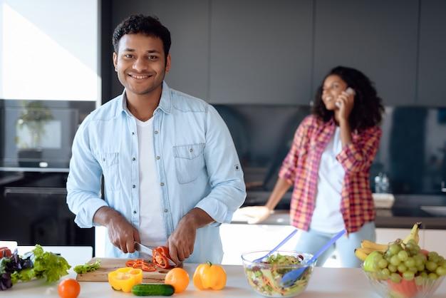 Homem negro e mulher estão preparando o café da manhã Foto Premium