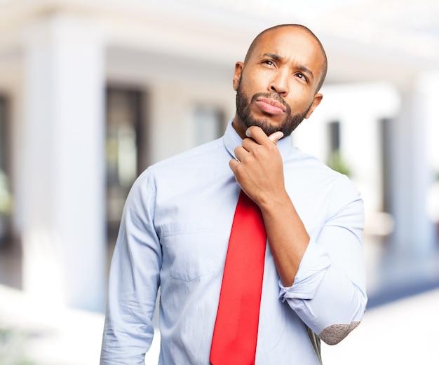 Homem negro expressão preocupada Foto gratuita
