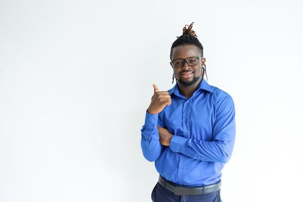 Homem negro feliz, aparecendo o polegar e olhando para a câmera Foto gratuita