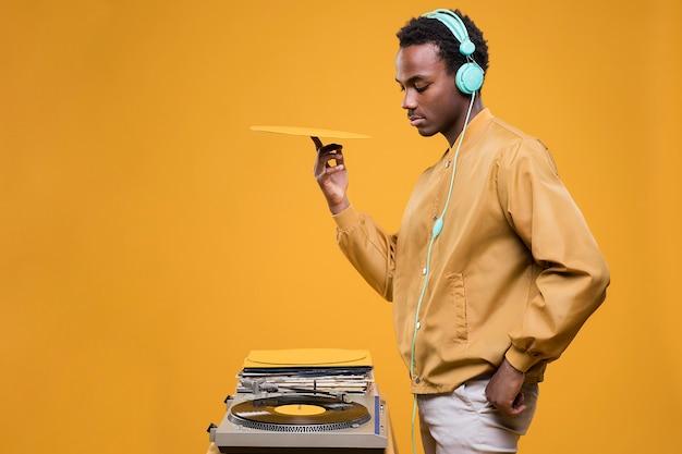 Homem negro posando com fones de ouvido Foto gratuita