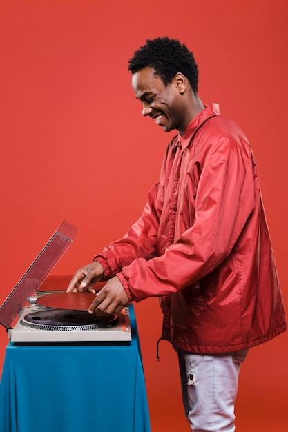 Homem negro posando com vinis Foto gratuita