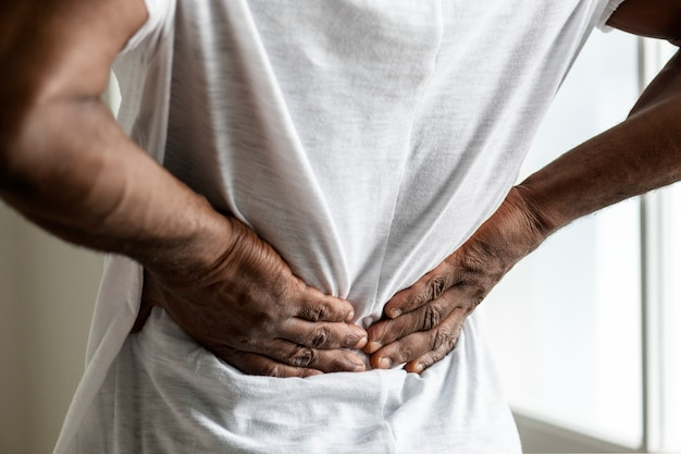 Homem negro que sofre de dor nas costas Foto gratuita