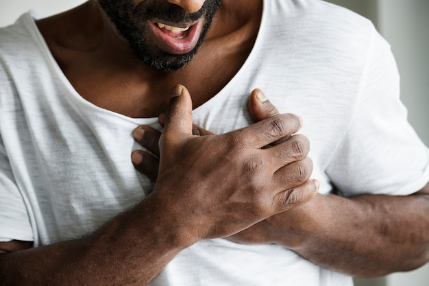 Homem negro tendo um ataque cardíaco Foto gratuita