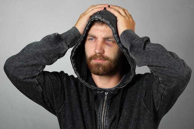 Homem no capô ou hooligan Foto Premium