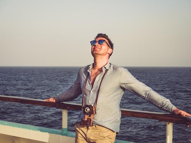 Homem no convés vazio de um navio de cruzeiro Foto Premium
