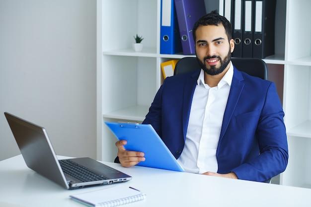 Homem no escritório. retrato de trabalhador masculino Foto Premium