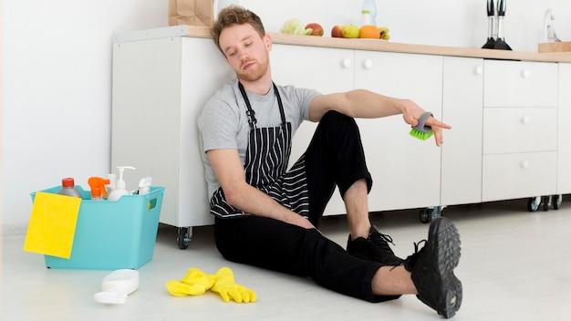 Homem no intervalo da limpeza Foto gratuita