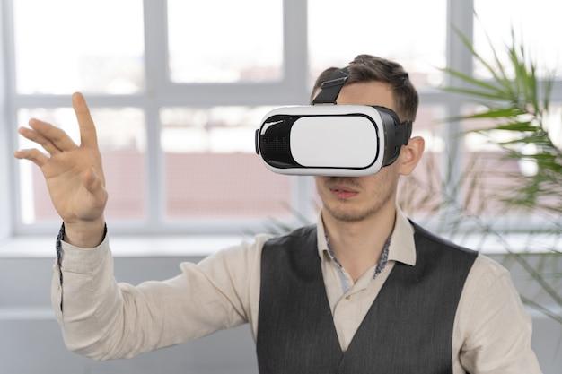Homem no trabalho com óculos vr Foto gratuita