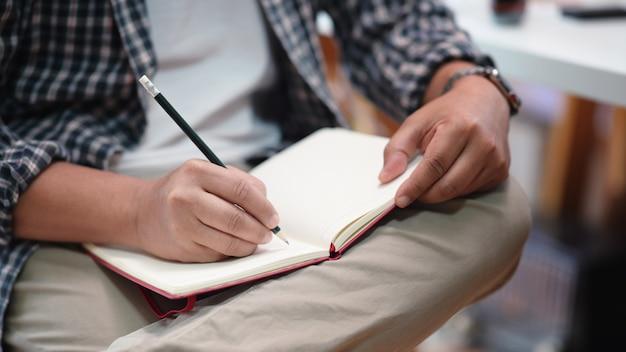 Homem, notas levando, ligado, um, caderno Foto Premium