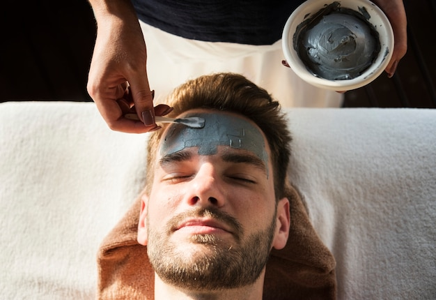 Homem, obtendo, um, máscara lama, em, um, spa Foto gratuita