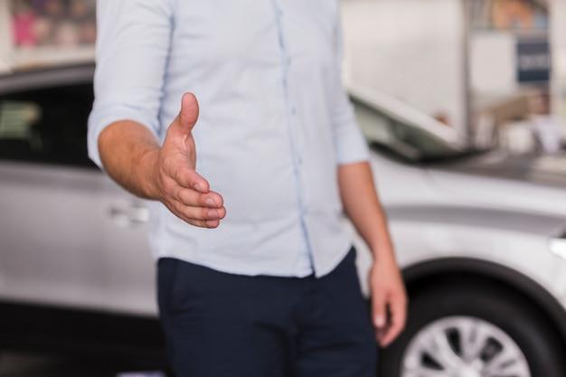 Homem oferecendo sua mão para apertar Foto gratuita