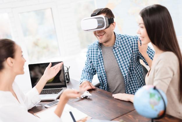 Homem olha para as fotos no capacete da realidade virtual Foto Premium