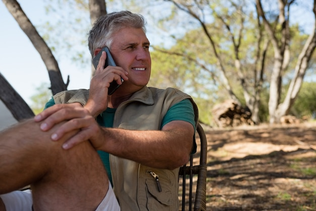 Homem, olhando, enquanto, falando, telefone Foto gratuita