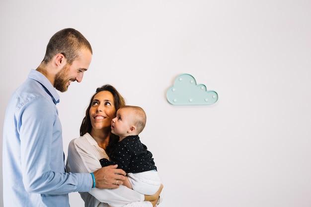 Homem olhando para esposa e bebê Foto gratuita