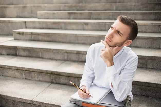 Homem olhando para longe e pensando Foto gratuita