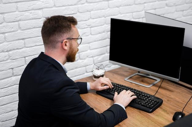 Homem olhando para maquete do computador Foto gratuita