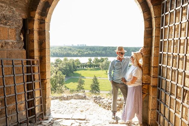 Homem olhando para uma mulher encostada na parede Foto gratuita