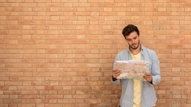 Homem, olhar, um, mapa, com, espaço cópia Foto gratuita