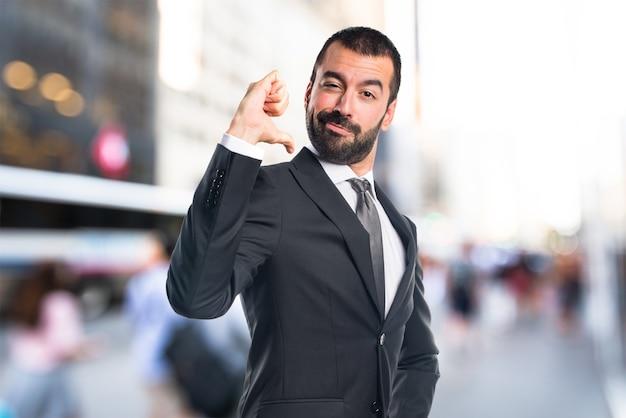 Homem orgulhoso de si mesmo em um fundo sem foco Foto Premium