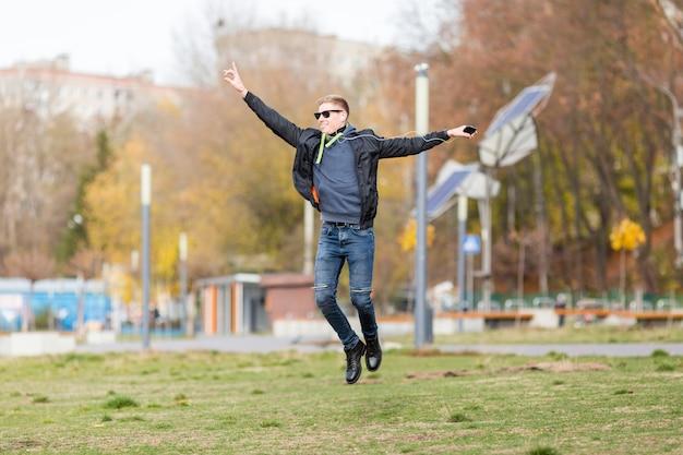 Homem ouvindo música em fones de ouvido ao saltar Foto gratuita