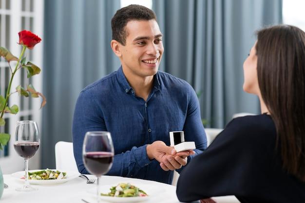 Homem pedindo a namorada para se casar com ele no dia dos namorados Foto gratuita